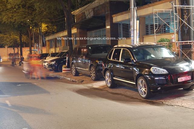 Porsche Cayenne GTS mang biển kiểm soát Hà thành, phía sau là chiếc SUV hạng sang Range Rover Autobiography LWB.