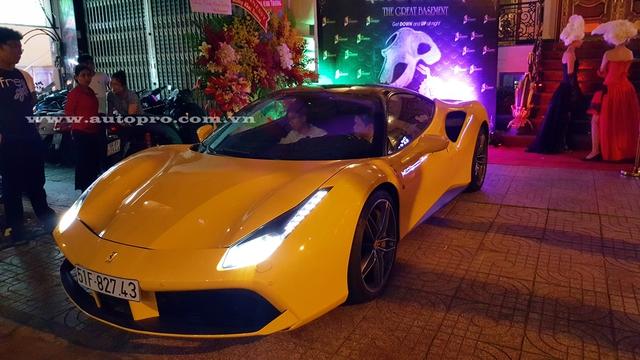 Phan Thành cùng em trai sau khi xuất hiện tại một quán ăn gần đường Nguyễn Trãi đã nhanh chóng đến dự tiệc trên chiếc Ferrari 488 GTB màu vàng rực.