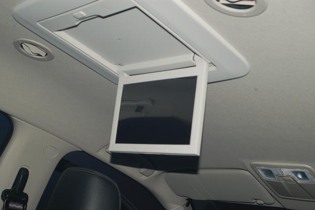 Ngoài ra, còn có màn hình LCD 12 inch đặt trên trần xe tăng tính giải trí và kết nối với mọi người.