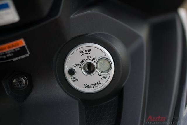 Ổ khóa của Yamaha Exciter hiện đại hơn khi tích hợp cả chế độ mở yên. Honda bố trí riêng ổ khóa mở cốp ở cạnh bên của Winner. Khi dựng xe và khóa cổ, rút chìa là ổ khóa của Honda Winner tự động khóa từ trong khi người dùng phải bấm nút để thực hiện thao tác này trên Yamaha Exciter.