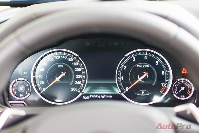 Đồng hồ hiển thị dễ nhìn với các thông số cơ bản của xe. Trên cùng có đèn cảnh báo nếu xe sắp va chạm với một xe khác đang lưu thông trên đường.
