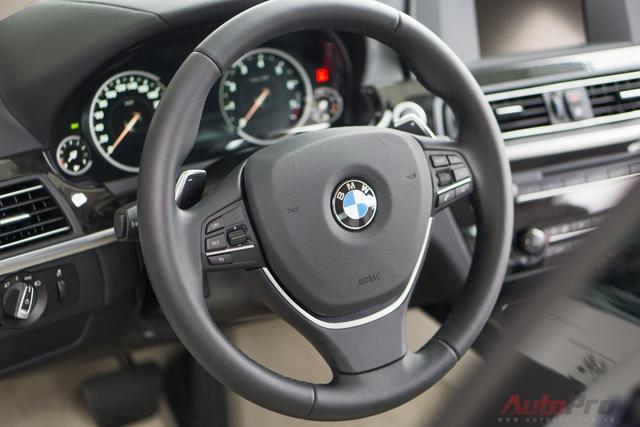 Vô lăng 3 chấu thể thao có trợ lực điện với các nút điều khiển chức năng như các mẫu BMW khác: còi, chỉnh âm lượng, đàm thoại rảnh tay,...
