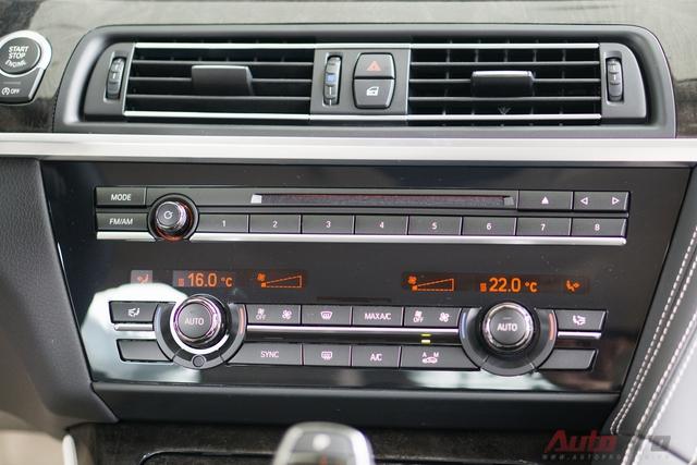 Điều hòa độc lập tự động 2 vùng. Cùng với đó là hàng loạt trang bị tiện ích khác như hệ thống âm thanh 9 loa 205W, kết nối MP3, USB, Bluetooth, AUX... BMW 640i Gran Coupe cũng có hỗ trợ người lái với kiểm soát hành trình, đàm thoại rảnh tay, cảm biến đỗ xe, camera lùi...