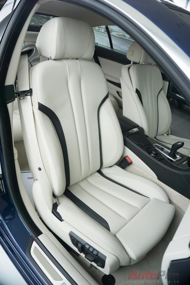 Ghế bọc da sáng màu ăn khớp với tổng thể nội thất của xe. Ghế trước chỉnh điện 6 hướng và có chức năng sưởi ấm.