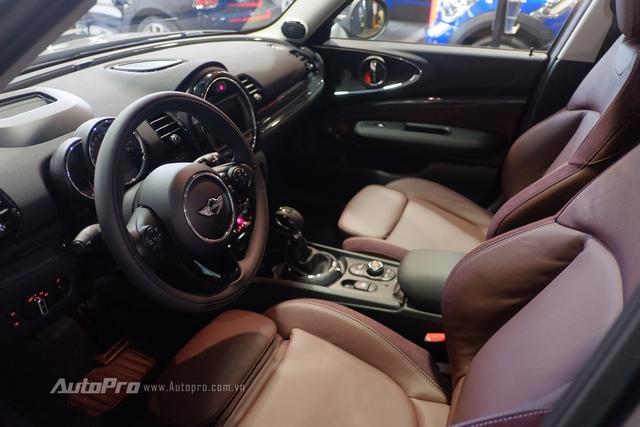 Bên trong không gian nội thất của MINI Clubman Cooper S phiên bản full option này có phần xa hoa hơn với nội thất bọc da cao cấp kết hợp da lộn mềm mại.