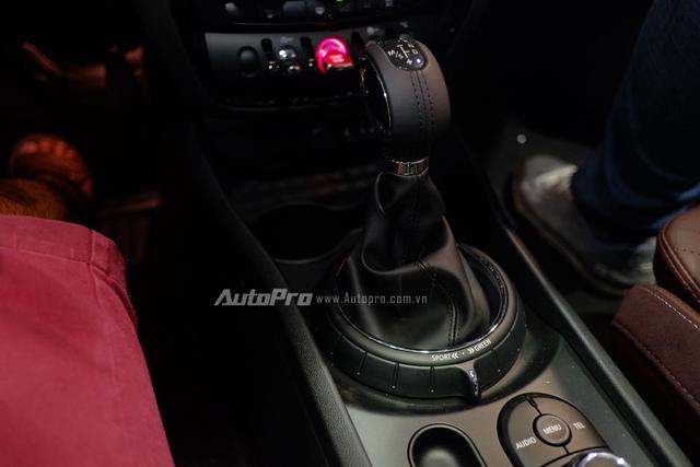 Kết hợp cùng hộp số 6 cấp Steptronic, MINI Cooper S Clubman có khả năng tăng tốc từ 0-100km/h chỉ trong 7,1 giây. Ngoài ra, xe cũng được trang bị 3 chế độ lái Green, MID, và Sport.