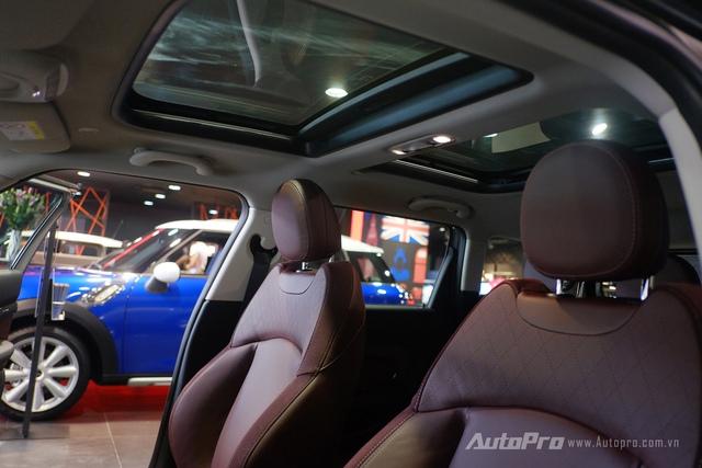 Một điểm khá nổi bật của chiếc MINI Cooper S Clubman màu độc Silver Melting này còn ở việc được trang bị cửa sổ trời hai vùng cho cả hai hàng ghế. Đây cũng là một tuỳ chọn thêm theo đặt hàng của người mua xe.