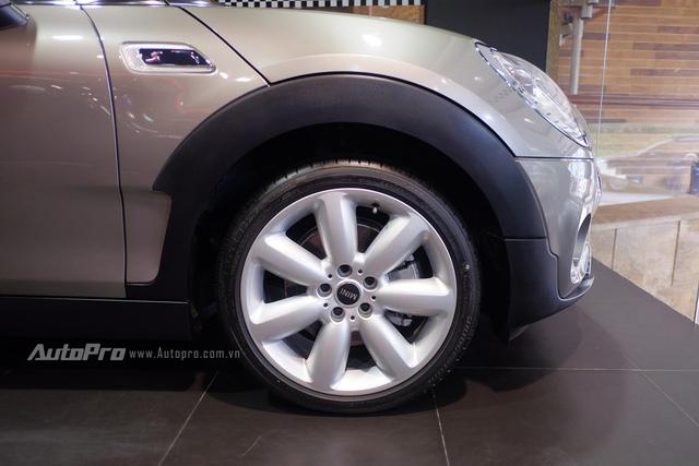 MINI Cooper S Clubman được trang bị bộ lốp Runflat cùng vành hợp kim 18.