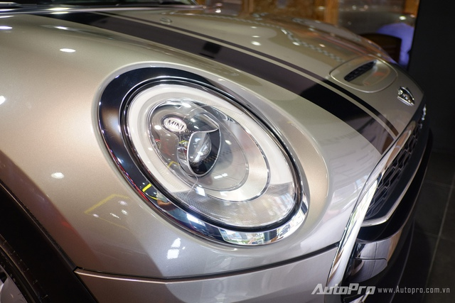 MINI Cooper S Clubman được trang bị hệ thống đèn chiếu sáng dạng bi với dạng gáo tròn cùng viền đèn LED định vị ban ngày.