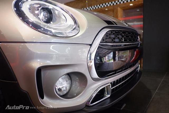 Nhiều chi tiết trên xe được mạ crôm bóng bẩy.