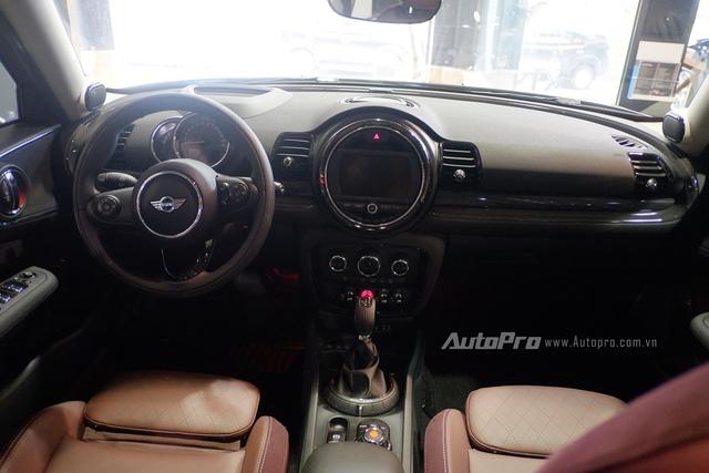 Không gian nội thất của MINI Cooper S Clubman đậm chất MINI với những đường tròn mềm mại.