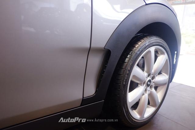 MINI Cooper S Clubman còn được trang bị hốc gió bánh trước giúp tăng khả năng khí động học của xe.