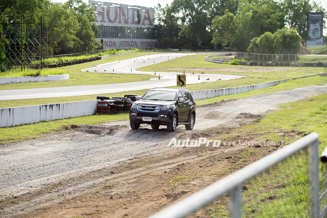 Isuzu MU-X cho thấy khả năng ổn định thân xe khá tốt trong các bài thử với đường xấu và đánh lái trên đường trơn trượt.