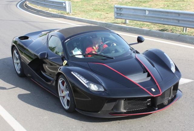 Và chiếc màu đen cùng những điểm nhấn là sọc đỏ, tương tự những hình ảnh mà hãng siêu xe Ferrari công bố vào ngày 5/7 vừa qua.