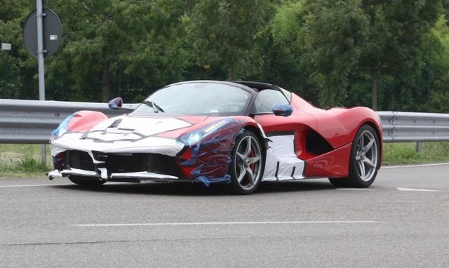 Cánh săn ảnh tại Maranello, Modena, Italia, vừa may mắn bắt gặp 3 chiếc siêu xe mui trần Ferrari LaFerrari lần đầu tiên lăn bánh trên phố. Trong đó, đáng chú ý có chiếc mang ngoại thất màu đỏ và lướt trên phố với phần mui đã được hạ xuống.