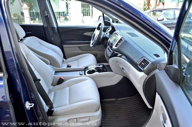 Đối lập với ngoại thất xanh nước biển là nội thất màu kem kết hợp cùng nhiều chi tiết màu đen ở bảng táp lô, vô lăng và bệ cần số, tạo điểm nhấn cho chiếc SUV cỡ trung.