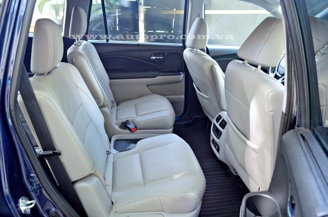 Hàng ghế thứ 2 bị lược bỏ bớt đi một chỗ và có chức năng thông hơi, sưởi ấm. Trong khi đó, ghế lái chỉnh điện 10 hướng và ghế phụ lái chỉnh điện 4 hướng.
