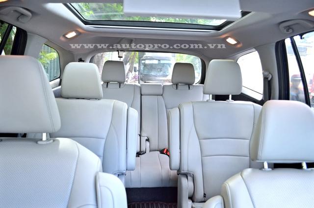 Nội thất của Honda Pilot 2016 có nhiều sự thay đổi so với thế hệ cũ với bố cục 2+2+3. Trong đó, hàng ghế thứ hai dạng ghế đơn nên Honda Pilot 2016 chỉ đủ chỗ cho 7 người ngồi thay vì 8 như trước. Hàng ghế 3 có thể gập theo tỷ lệ 60/40 giúp mở rộng khoang hành lý.