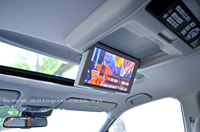 Hệ thống thông tin giải trí hàng ghế sau với màn hình 8 inch, cửa sổ trời toàn cảnh Panorama.