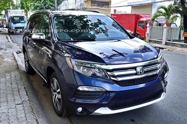 Một công ty nhập khẩu tại quận Tân Bình vừa đưa chiếc SUV cỡ trung Honda Pilot 2016 về nước. Đây là đối thủ chính của những mẫu xe như Toyota Highlander và Ford Explorer. Chiếc Honda Pilot 2016 được đưa về Việt Nam thuộc bản cao nhất, có giá 3,55 tỷ Đồng.