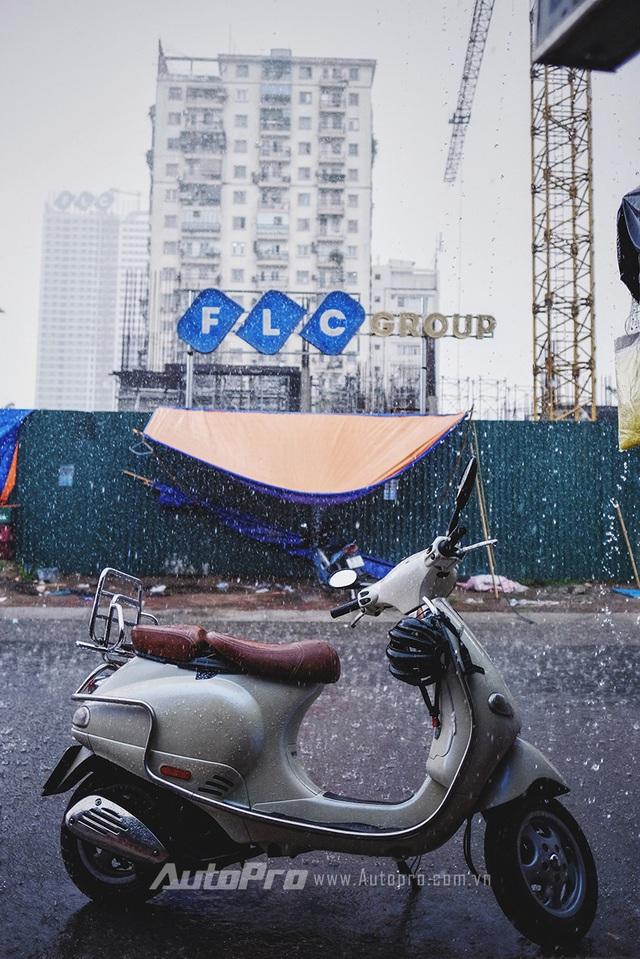 Sau khi đi mưa, các phương tiện sẽ bị nước mưa bao phủ trên bề mặt, đọng tại các kẽ hở trên thân xe và bám vào cả gầm xe.