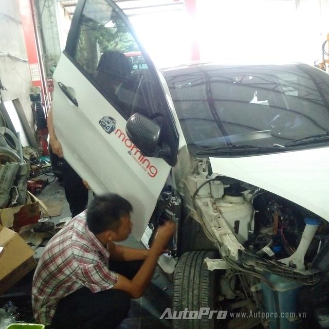 Anh Minh cùng những người thợ kỹ thuật của xưởng độ cùng nhau nghiên cứu và thử nghiệm độ cửa cắt kéo cho chiếc xe Kia Morning.