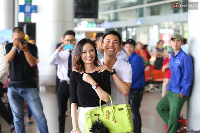 Minh Nhựa đón vợ tại sân bay. Ảnh: Kênh 14/Trí Thức Trẻ