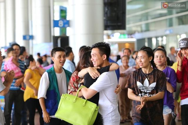 Minh Nhựa và vợ ôm nhau tại sân bay. Ảnh: Kênh 14/Trí Thức Trẻ