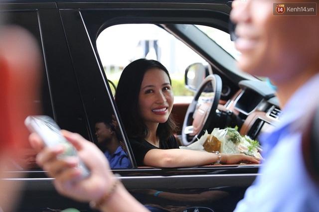 Mina cười tươi khi ngồi trong chiếc Land Rover. Ảnh: Kênh 14/Trí Thức Trẻ