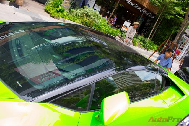 Nóc mới của siêu xe Lamborghini Huracan màu xanh cốm của đại gia Sài Gòn.