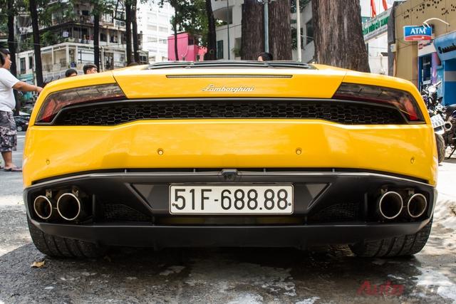 Thay vì đắp chiếu hay phủ bụi như nhiều siêu xe khác tại Việt Nam. Chiếc Lamborghini Huracan mang biển số tứ quý 8 đẹp mắt.