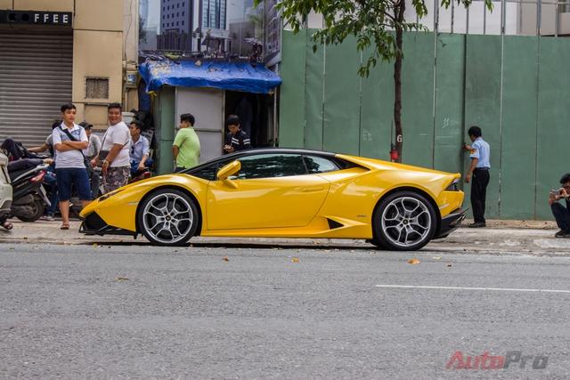 Giống như mọi lần, sự xuất hiện của Lamborghini Huracan thu hút sự chú ý của người dân thành phố. Mỗi tiếng rú ga của siêu xe Ý trên đường phố Sài Gòn luôn khiến người đi đường phải dõi theo.