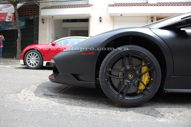 Đi kèm bộ áo đen nhám cá tính là logo SV xuất hiện bên hông xe và cùm phanh được sơn màu vàng chanh nổi bật tạo nên điểm nhấn cho siêu xe.