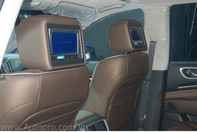 Hàng ghế sau còn tích hợp thêm 2 màn hình giải trí gắn trên tựa đầu ghế trước.