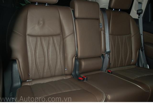 Mẫu xe này được tinh chỉnh một số chi tiết như hệ thống ghế ngồi với chất liệu da cao cấp. Tay nắm mạ chrome, ghế ngồi làm bằng da thuộc may thủ công... tạo cảm giác sang trọng khi người lái ngồi vào khoang.