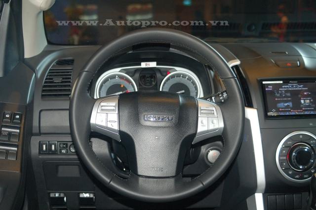 Vô-lăng ba chấu bọc da tích hợp các chức năng như điều khiển âm thanh, thoại rảnh tay và hệ thống ga tự động Cruise Control.