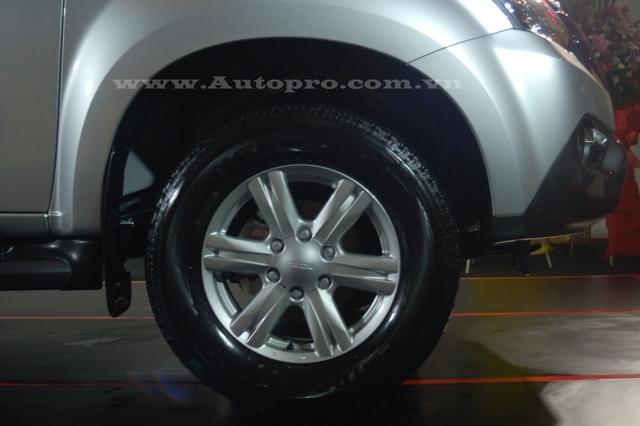 MU-X 2016 được trang bị lazăng 17 inch, 6 chấu hợp kim nhôm đúc đi kèm là lốp xe 255/65-R17. Khoảng sáng gầm xe tính từ mặt đất vào khoảng 230 mm.
