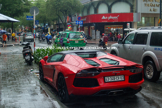 Tại Việt Nam, hiện có 7 chiếc Lamborghini Aventador LP700-4 được đưa về nước, bao gồm 5 bàn Coupe và 2 bản mui trần. Ngoài ra, còn có phiên bản cực đắt và hiếm là Lamborghini Aventador LP750-4 SV với chỉ 600 chiếc được sản xuất trên thế giới cùng mức giá khoảng nửa triệu USD tại thị trường nước ngoài.