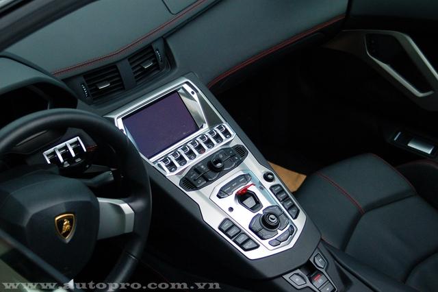 Sức mạnh được truyền tới cả bốn bánh thông qua hộp số tự động 7 cấp ISR. Nhờ đó, siêu xe Lamborghini Aventador LP700-4 mui trần có thể tăng tốc từ 0-100 km/h trong 2,9 giây trước khi đạt vận tốc tối đa 349 km/h.