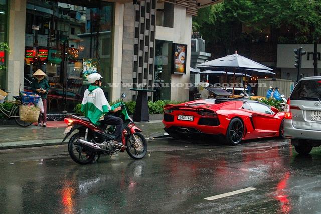 Do đó, dù đang vội vì trời mưa, nhiều người đi đường vẫn phải ngoái lại nhìn chiêc siêu xe màu đỏ rực đỗ trên phố Lý Tự Trọng giao với Thủ Khoa Huân thuộc quận 1, Tp. Hồ Chí Minh.