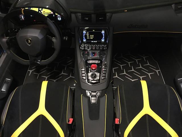 Lamborghini Aventador LP750-4 SV mui trần đang rao bán có nội thất màu đen với những chi tiết hình chữ Y màu vàng đối lập.