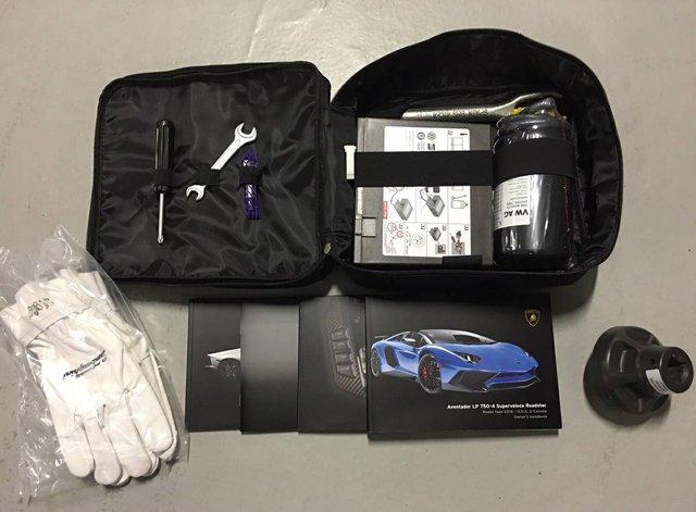 Đồ chơi đi kèm theo chiếc Aventador LP750-4 SV mui trần là bộ găng tay Lamborghini, sách hướng dẫn cùng các phụ tùng của xe.