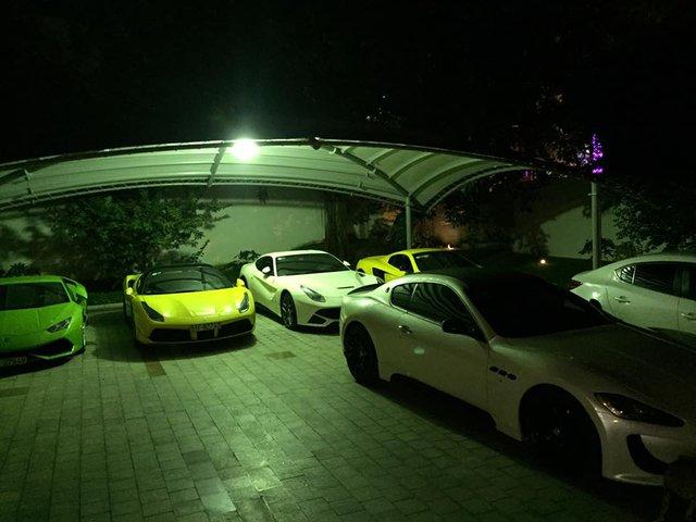 Bộ tứ siêu xe đình đám của anh em nhà Phan Thành. Phía trước các siêu xe là chiếc xe thể thao Maserati GranTurismo độ body kit MC Stradale của người bạn đi cùng.
