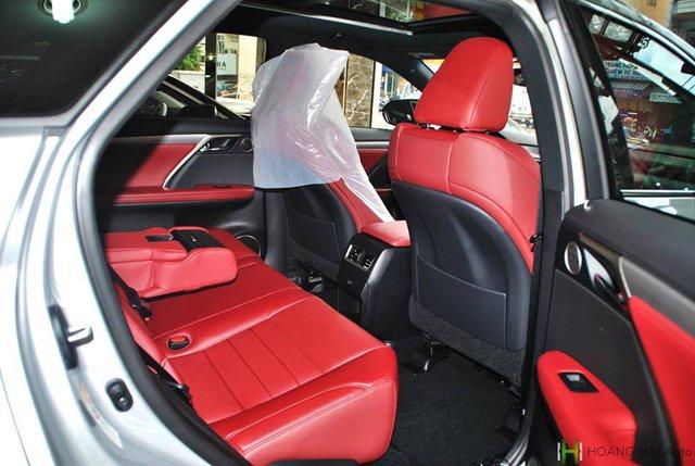Những trang thiết bị nổi bật khác bao gồm ghế sau sưởi ấm, hàng ghế thứ hai gập theo tỷ lệ 60:40 và cửa sổ trời Panorama chỉnh điện mới phát triển.