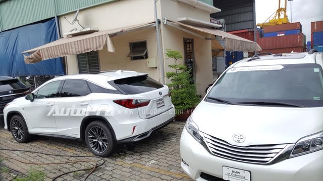 Đến nay thị trường Việt Nam đã có danh mục 4 sản phẩm của Lexus RX 2016 bảo gồm hai phiên bản tiêu chuẩn của RX350 và RX450h và hai phiên bản F-Sport. Trong đó đáng chú ý là phiên bản cao cấp nhất Lexus RX450h F-Sport 2016 đã có khoảng 3 chiếc được đưa về nước.