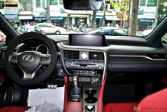 Bước vào bên trong Lexus RX thế hệ mới, người sử dụng sẽ choáng ngợp với những trang thiết bị hiện đại như hệ thống thông tin giải trí đi kèm màn hình 12,3 inch. Nếu chi thêm tiền, khách hàng có thể bổ sung thêm màn hình màu head-up cho Lexus RX 2016.