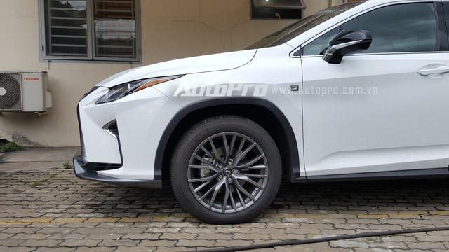Logo F Sport xuất hiện bên hông và đuôi xe như dấu hiệu nhận biết đây là phiên bản độ chính hãng của Lexus, ngoài ra, ký hiệu này còn được gắn trên vô-lăng. So với bản tiêu chuẩn, RX450h F Sport có bộ la-zăng đa chấu cá tính hơn trong màu sơn than chì đi kèm lốp có kích thước 235/55.