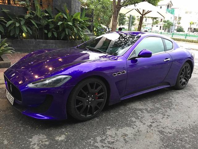 Chiếc Maserati GranTurismo độ body kit MC Stradale khoác áo tím mộng mơ từng khá nhẵn mặt trên các con phố tại Hà thành. Khi Nam tiến, chiếc xe thể thao tiền tỷ này vẫn nhận được không ít sự chú ý của giới mê xe.