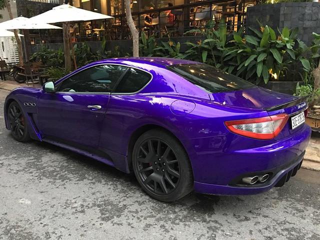 Có thể thấy, ngoài bộ áo tím quen thuộc, chiếc xe thể thao này còn lăn bánh trên phố với chiếc biển cặp 38 khá đẹp và dễ nhớ. Như vậy, đây là chiếc Maserati GranTurismo độ body kit MC Stradale thứ 2 xuất hiện tại Sài thành.