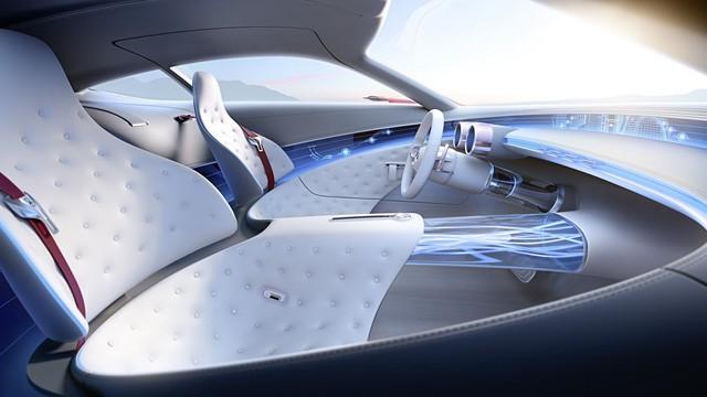 Ghế ngồi được tạo hình độc đáo và thoát khỏi hình mẫu truyền thống. Một màn hình cảm ứng chạy bao quanh thân xe, đủ giúp hai người ngồi có thể thực hiện một số thao tác điều khiển cơ bản. Đúng như triết lý lâu nay của Mercedes-Benz, Mercedes-Maybach 6 sẽ đáp ứng gần như mọi giác quan của người sử dụng.